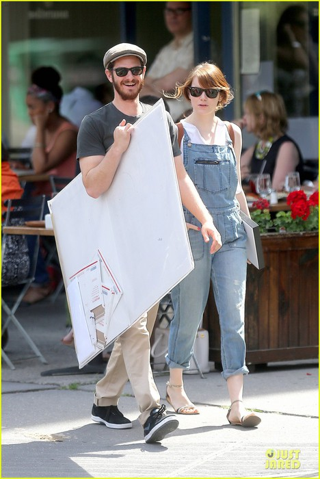 emma-stone-looks-trendy-in-overalls-andrew-garfield-03 (468x700, 86Kb)