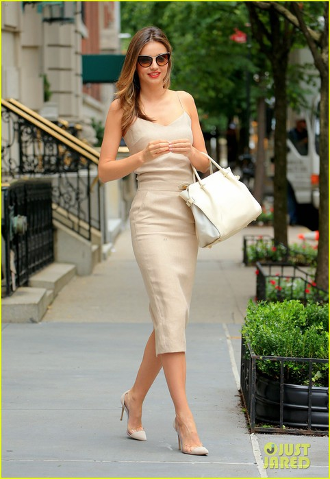 miranda-kerr-works-her-neutrals-in-new-york-city-06 (482x700, 84Kb)