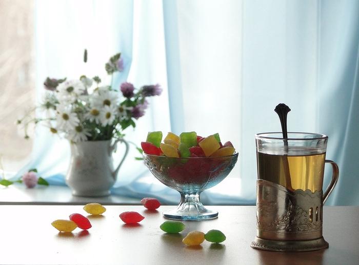 Мармелад на столе у окна фото