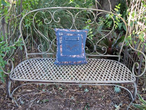 Джинсовая диванная подушка с карманом для пульта