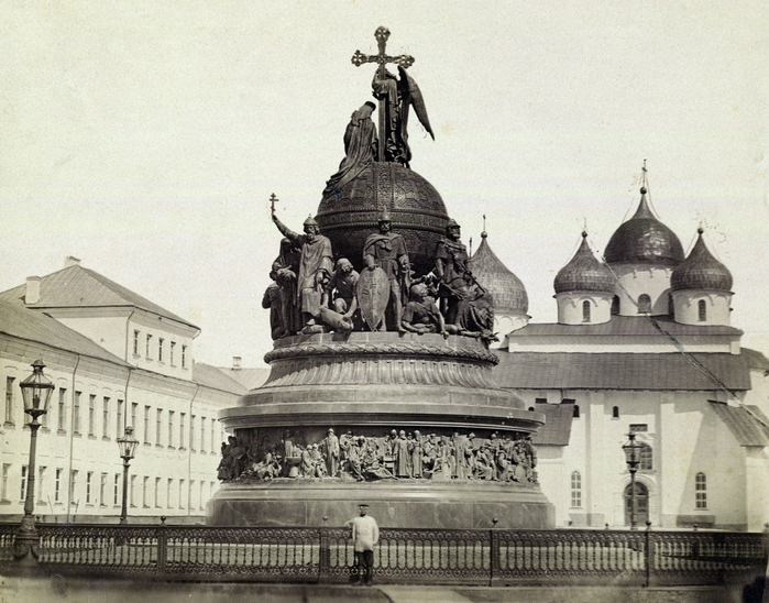 3418201_Novgorod_Monument_LOC_06268u___The_Millennium_of_Russiawith_Saint_Sophia_Cathedral_in_the_backgr_ (700x548, 315Kb)