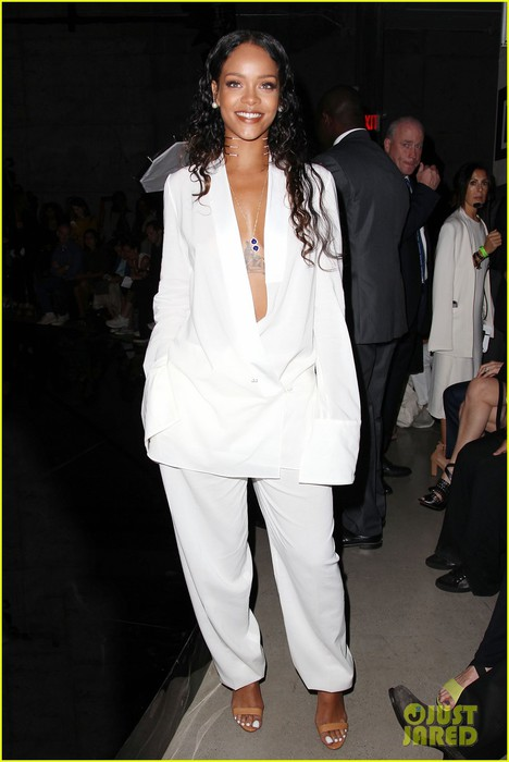 rihanna-plunging-white-suit-at-edun-fashion-show-01 (468x700, 63Kb)