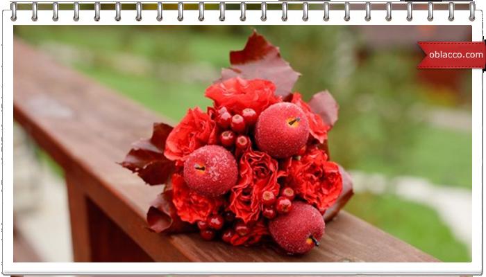 Ваза с розами из осенних листьев