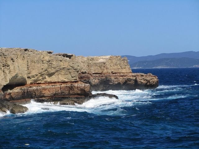 Мыс Пунта-де-са-Педрера (Punta de sa Pedrera) - необычное природное место на острове (640x480, 192Kb)