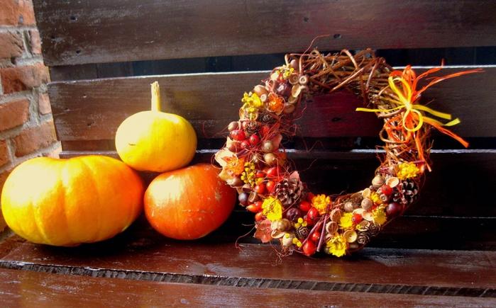 Осенний венок из желудей и шиповника
