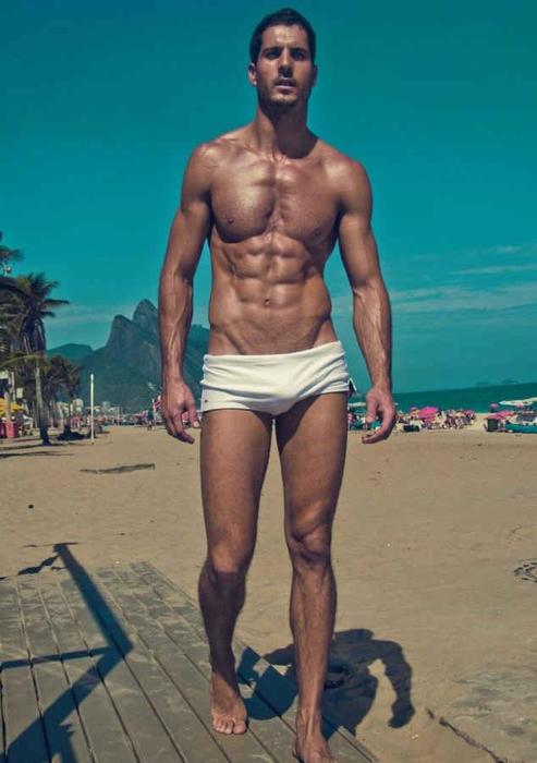 Секси парни на пляже в трусах