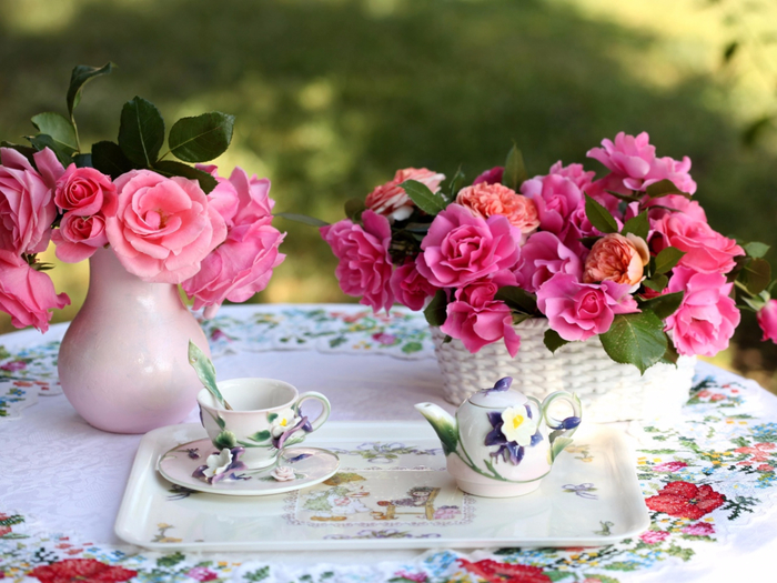 roses-flowers-bouquets-vase-basket-table-service-tablecloth-tea-party-1280x960 (700x525, 411Kb)