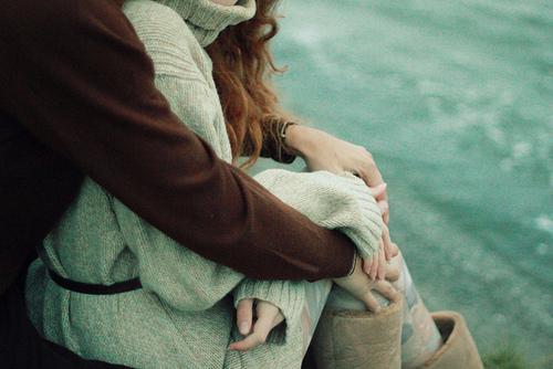 парень обнимает девушку со спины картинки