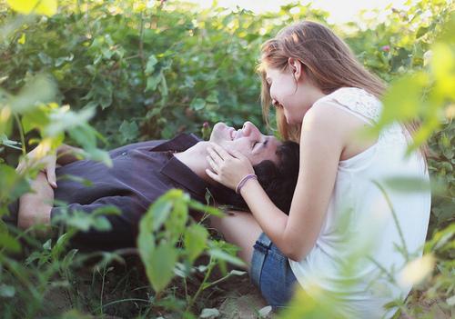 фото парень лежит на девушке