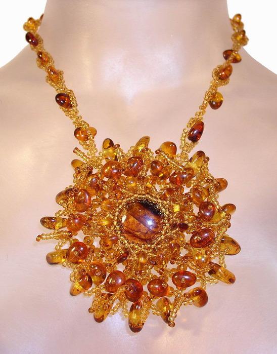 ...бусы из янтаря. бижутерия... янтарные украшения. изделия из янтаря.