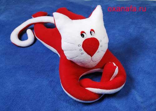 В верхней части перчатки форминуеи голову и уши.  Игрушка Кошка.