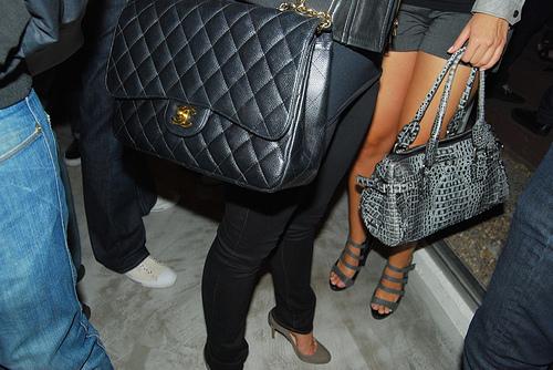 В феврале 2005 года Дом.  Знаменитости с сумкой Шанель.