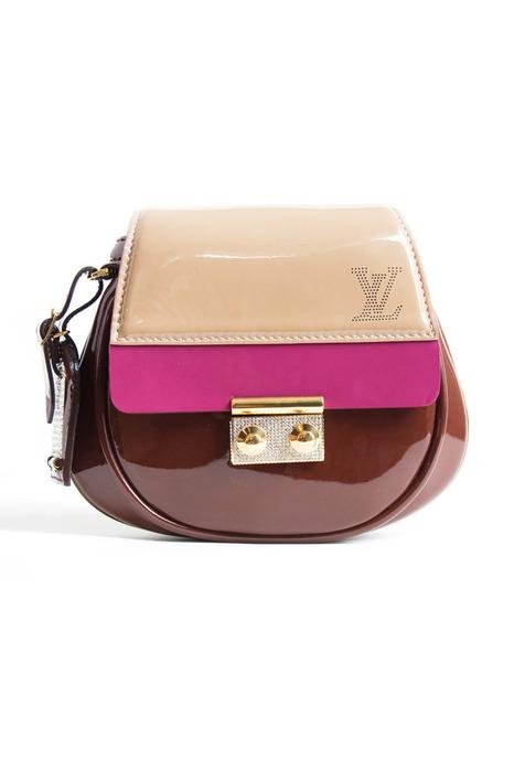 Например, поступление новых коллекций сумок и обуви в магазины.