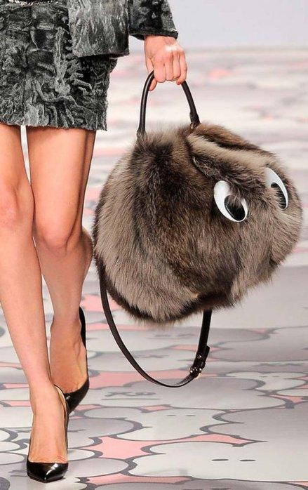 Необязательно сумка должна быть полностью из меха, так даже интересней...