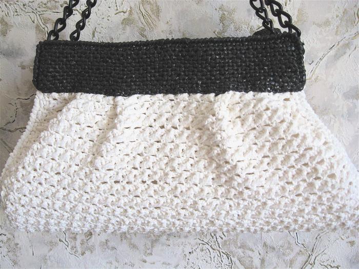 Эта сумка связана из лент, нарезанных двумя способами:1- нарезание лент.