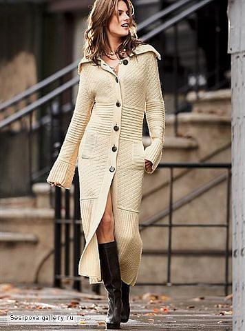 Вязанное пальто является одним из наиболее популярных и удобных.