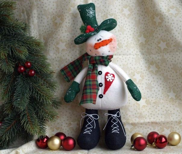 ...Вам сделать снеговика, которого можно сшить из обычных носков.