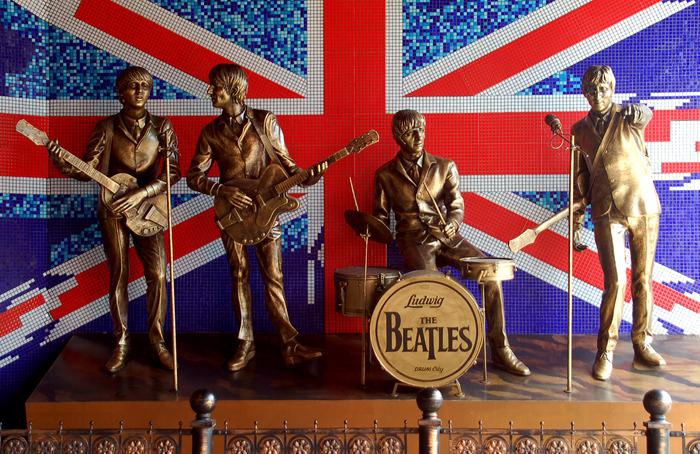 Стена за памятником покрыта мозаикой в виде британского флага.