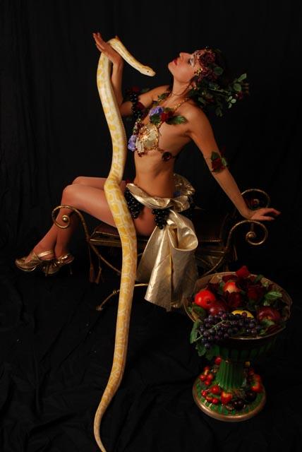 Цирковые артисты.  Светлана - номер со змеями.