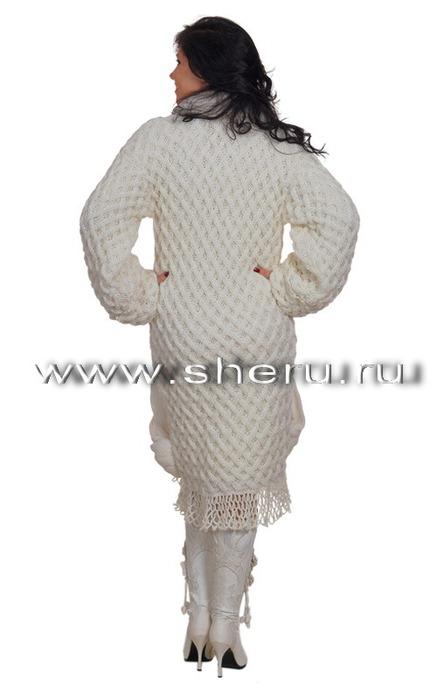 ...на спицах белоснежного женского пальто и платья с объемным узором.