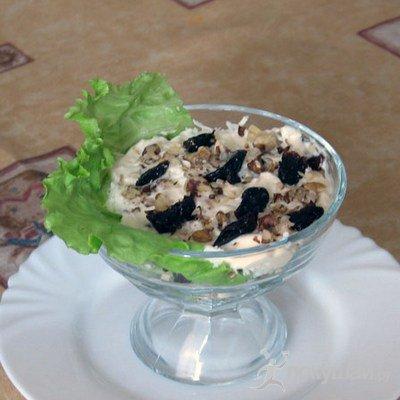 Салат-коктейль с мясом и черносливом.