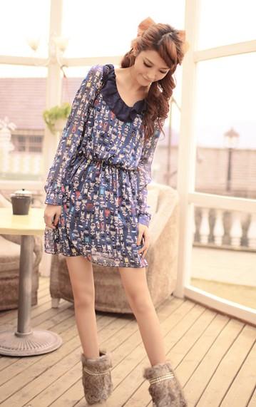 Цветное платье из шифона с длинными рукавами.