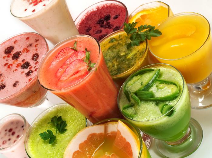...ягод или фруктов с добавлением кусочков льда, сока или молока.