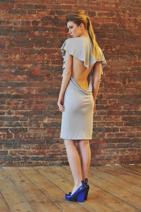 CW83 платье серое, трикотажное с открытой спиной состав:90% хлопок, 10...