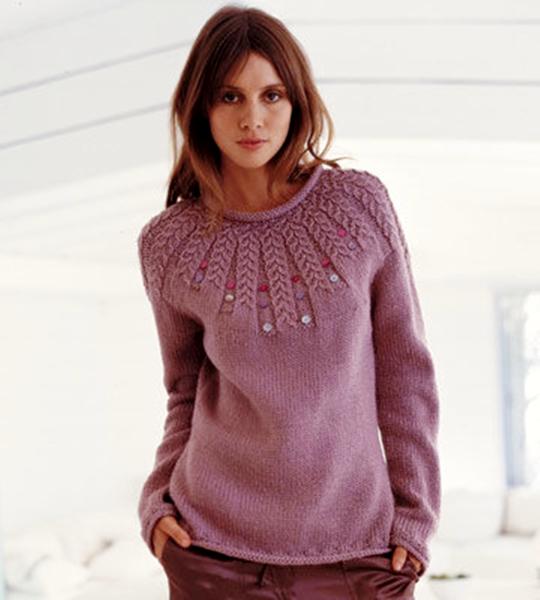 Вязание спицами свитера для женщин узором листья. Яркая позитивная модель на осень-зиму гг. Размеры вязаного джемпера на фото: 36 - 40 (42 - 46). Вполне подойдет и для полных женщин.