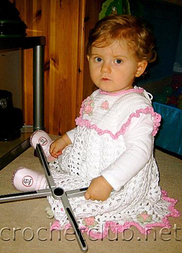Платье для девочки вязаное из осинки.