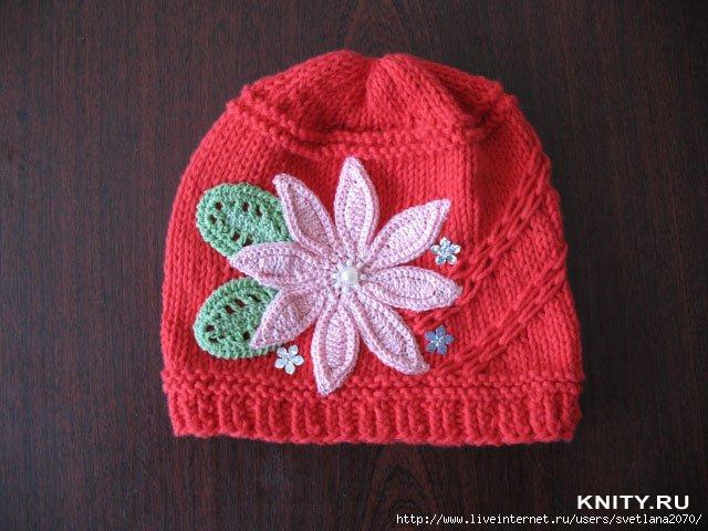 связанная спицами шапочка для девочки подростка.