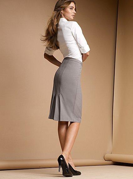 ...является белая блузка, а также черная юбка модной завышенной талией...