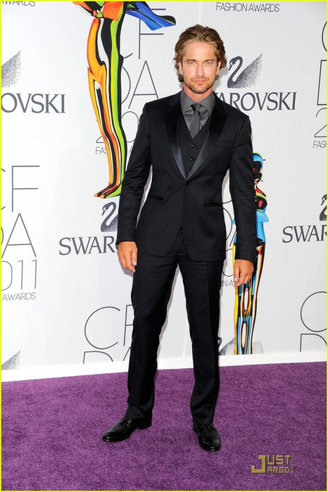 gerard-butler-cfda-fashion-awards-05 (466x700, 90Kb)