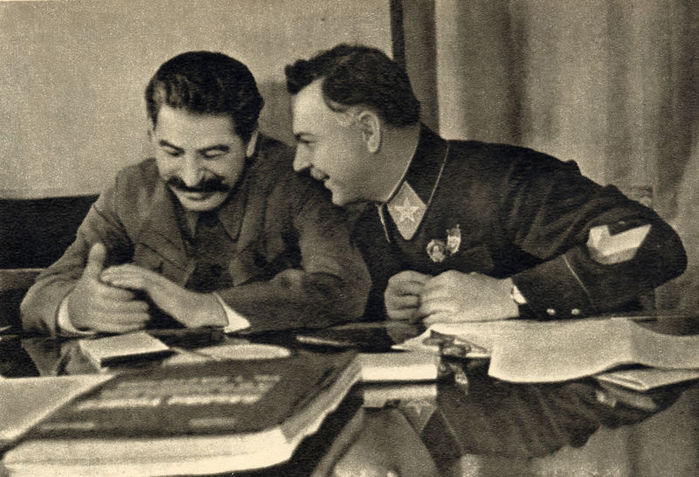 800px-Joseph_Stalin_and_Kliment_Voroshilov,_1935 (700x477, 76Kb)