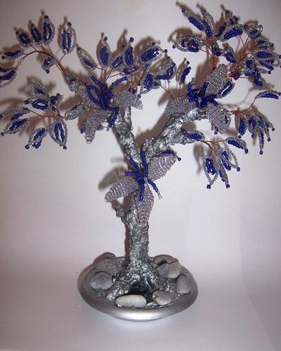 Зимнее дерево из бисера потребует.  1. проволоку; 2. бисер двух оттенков.