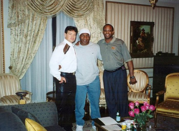 3418201_KNIGHT_OF_MALTA_Dr__Alexandr_Cach_ANTONIO_D__BROWN_With_Mike_Tyson_tx830_1 (700x510, 72Kb)