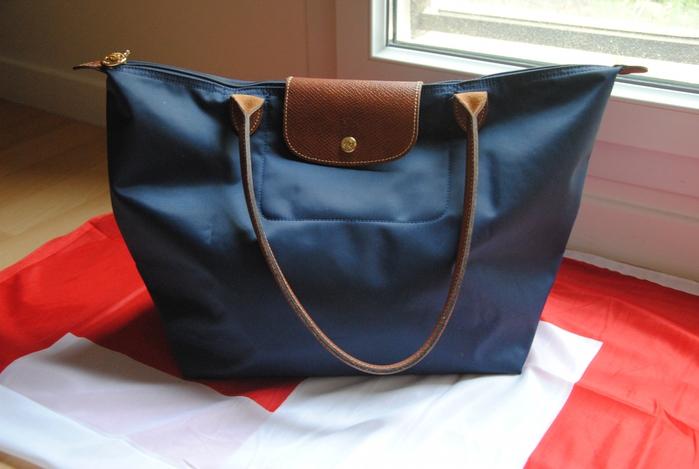 Купить сумки можно в бутиках Longchamp.