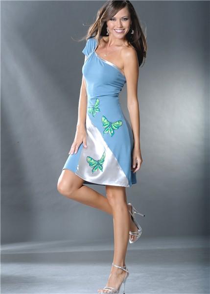 Трикотажное платье с одним открытым плечом.  Украшено сатиновой вставкой...