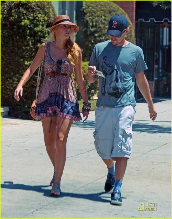 leonardo-dicaprio-blake-lively-grocery-shopping-in-los-angeles-01 (549x700, 110Kb)