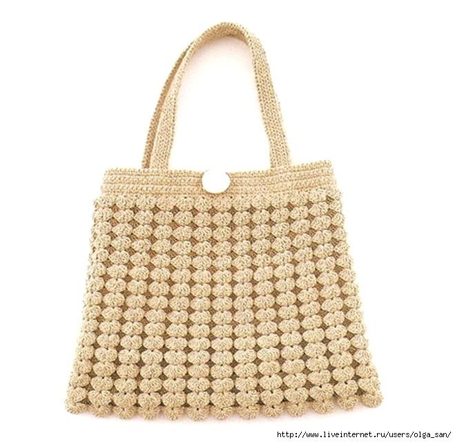 Очень красивая сумка связана крючком из белой пряжи и украшена.