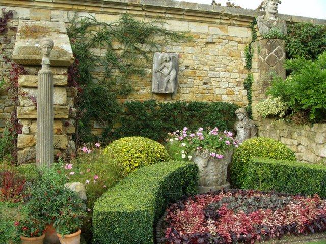 В отличие от итальянских садов во француских.