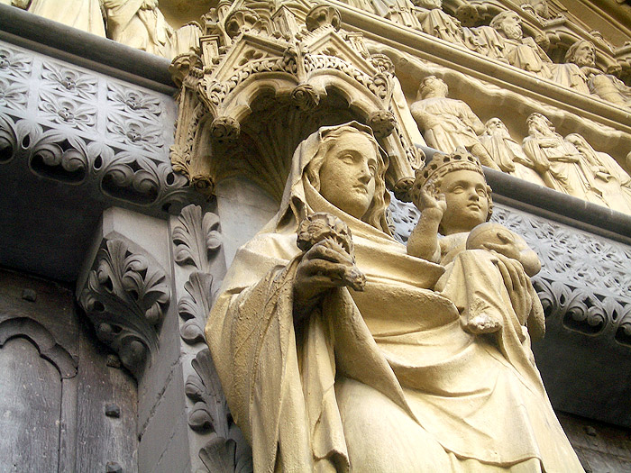 A statue of Virgin Mary, holding the infant Jesus, above the side entrance at Westminster Abbe (700x525, 172Kb)