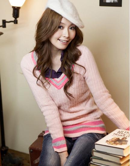 Сладкий свитер розового цвета с v-воротом фото.