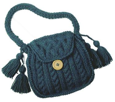 Красивая небольшая сумочка с аранами-рельефами.