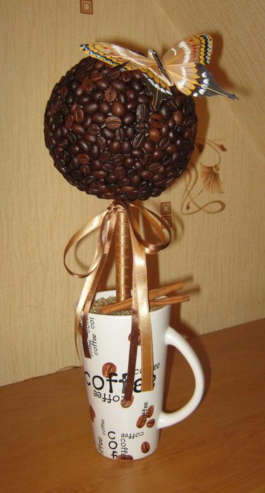 Декоративное дерево из кофейных зёрен в керамическом кашпо.