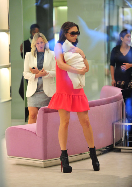 Victoria-Beckham-and-daughter-Harper-Seven-Beckham-arrive-to-Prada-5th-Ave-4 (424x600, 81Kb)