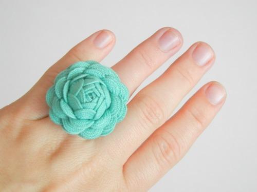 Сделать кольцо и клипсы или заколки, брошки из тесьмы.  Два мастер класса.