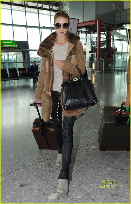 rosie-huntington-whiteley-heathrow-airport-03 (449x700, 98Kb)