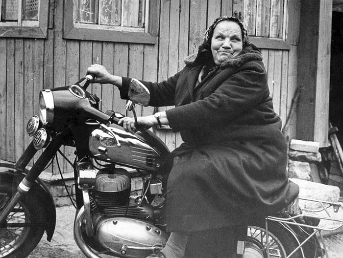 множеством героев, картинки старушки на мотоцикле реконструкции