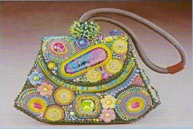 Как красиво украсить простую сумку разноцветным бисером и бусинами...
